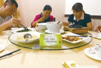 餐馆、酒店提倡适度点菜,餐桌文明深入人心 公筷、光盘成为外出就餐新风尚