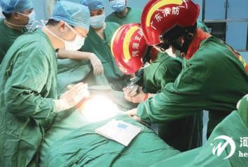 一工人被钢筋穿胸 消防手术室内协助救治